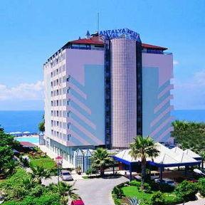 Анталия.  Отель расположен на берегу моря на скале.
