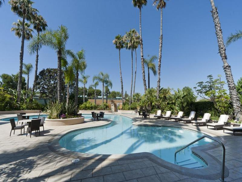 Фото отеля Radisson Newport Beach 3*