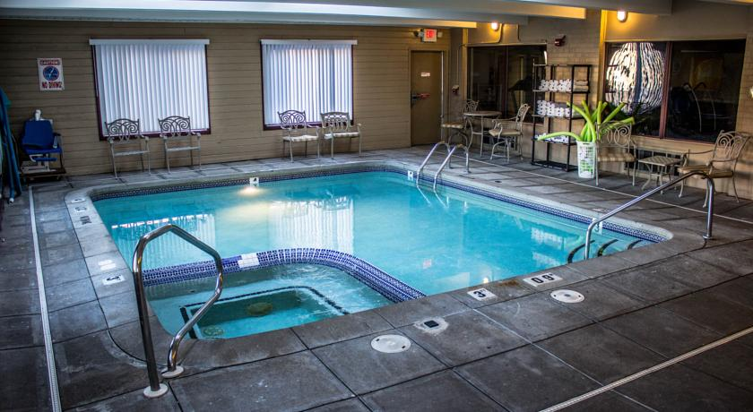 Фото отеля Red Roof Inn and Suites Muskegon Heights 2*